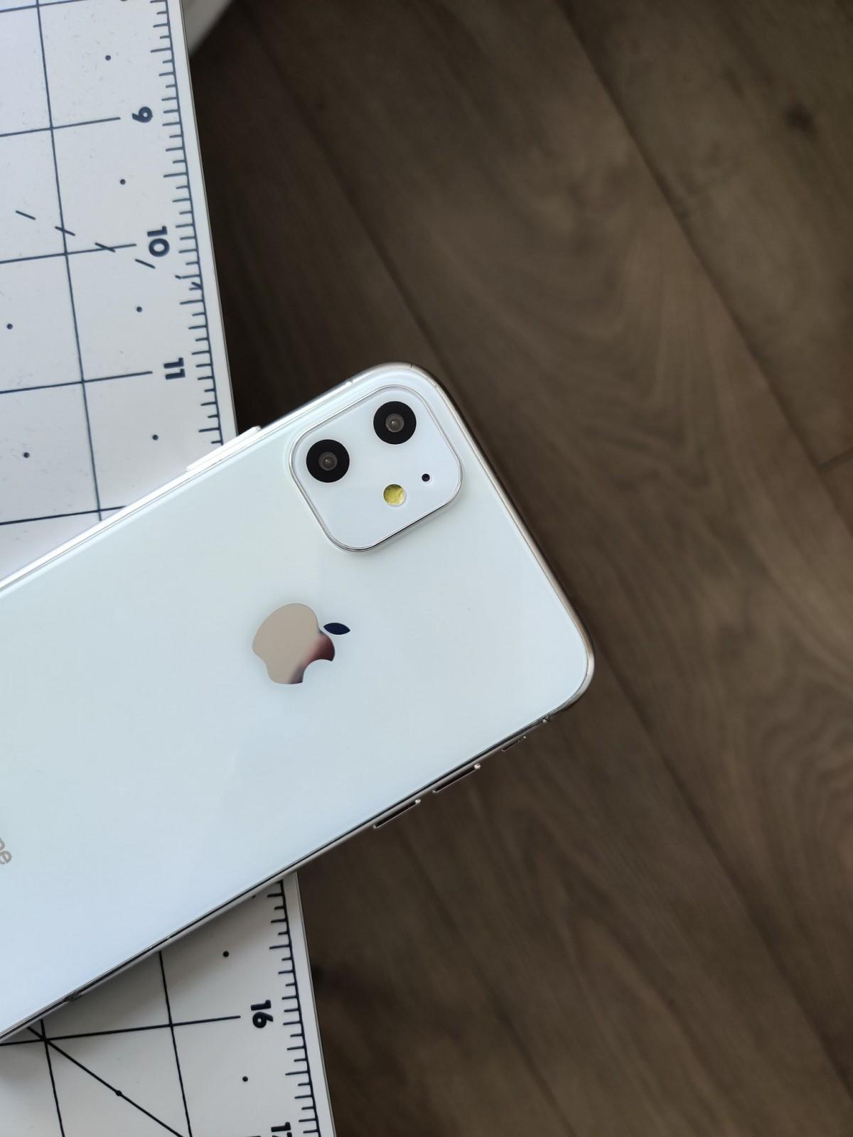 Geskin shows us a white iPhone XIR