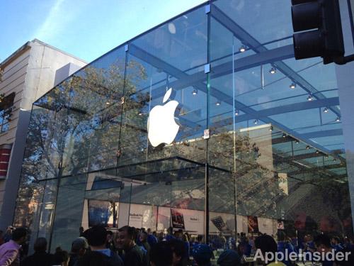 Tim Cook inaugurates new Palo Alto Apple Store
