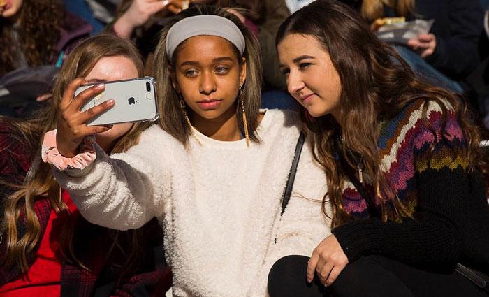 Teenagers iPhone 7 Plus Selfie - 86% of American teens want an iPhone