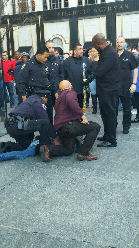 Apple Store new york homme sabre 576x1024 - Apple Store de New York : un homme arrêté après avoir sorti un sabre