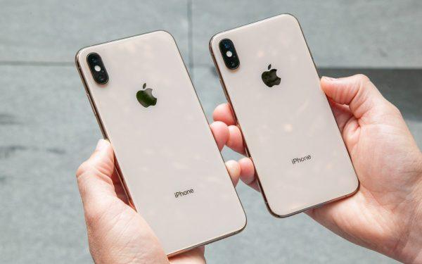 iPhone XS vs iPhone XS Max Or Arriere Prise en Main 600x375 - iPhone XS & XS Max : une excellente autonomie d